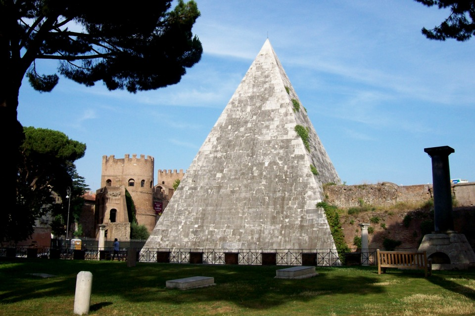 2012-07-04_Roma_Piramide_Cestia_vista_dal_cimitero